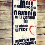 """Tablica dekoracyjna z napisem """"Kochaj mnie najmocniej, gdy najmniej na to zasługuję, bo to właśnie wtedy najbardziej tego potrzebuję."""""""