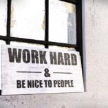 """Tablica motywacyjna z cytatem """"Work Hard and be nice to people"""""""