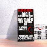 Tablice dostępne są w dwóch wersjach kolorystycznych, z białym i czarnym tłem.