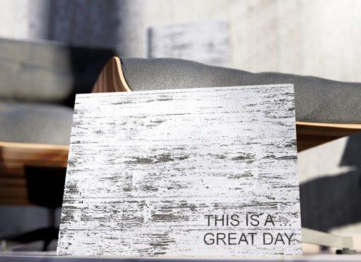 """Szyld dekoracyjny z tekstem """"This is a great day"""" to ręcznie robiona tablica z hasłem motywacyjnym."""
