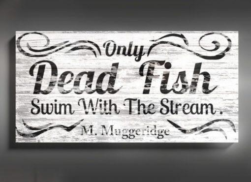 """Dekoracja ścienna z angielskim cytatem """"Only dead fish swim with the stream"""" w formie drewnianej tablicy. Tekst w dosłownym tłumaczeniu oznacza – tylko martwe ryby płyną z prądem."""