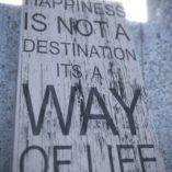 Tablica może również stanowić niebanalny prezent dla bliskiej osoby. To podnoszące na duchu i motywujące przesłanie nigdy nie przestaje być aktualne. Nie ma drogi do szczęścia. To szczęście jest drogą.