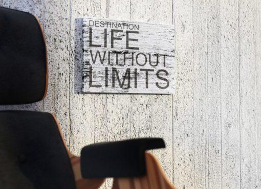 Napis po angielsku oznacza: Cel - życie bez ograniczeń. Motywujący tekst zachęcający do życia pełną życia.