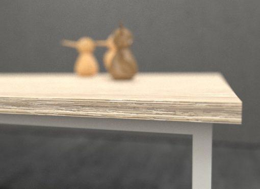 Niepowtarzalnym walorem stołu jest solidny drewniany blat. Do jego produkcji wykorzystano lite drewno dębowe, które z uwagi na takie elementy jak spękania czy sęki przeznaczone było pierwotnie do odrzutu. Nasi rzemieślnicy dostrzegli w tych naturalnych cechach drewna wielką wartość, którą następnie postanowili przekuć w zaletę stołu.