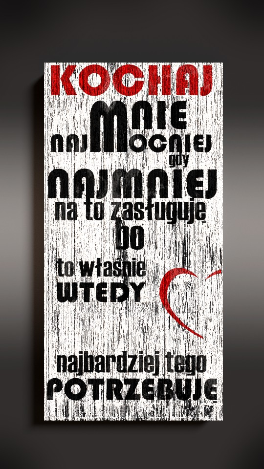 """Drewniana tablica dekoracyjna z napisem """"Kochaj mnie""""."""