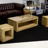 TRÄHUS to komplet drewnianych mebli do salonu. Pod blatem znajduje przestrzeń która można wykorzystać jako poręczną półkę na rzeczy które chcemy mieć pod ręką.