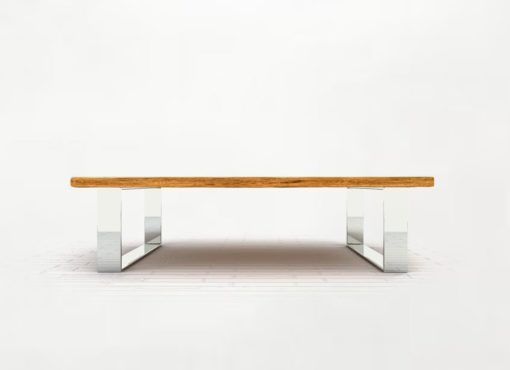 Podstawę stolika kawowego stanowią solidne, szerokie nogi wykonane z najwyższej jakości stali. Starannie wypolerowana stal nadaje ławie nowoczesnego wyglądu, a przy tym warunkuje rozmaite efekty świetlne, odbicia i różnorodne barwy w zależności od zastosowanego w pomieszczeniach oświetlenia.