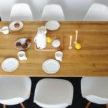 Blat stołu wykonany jest z najwyższej jakości litego drewna dębowego.