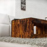 la zapewnienia większej funkcjonalności stołu blat przykryty został przezroczystą płytą z hartowanego szkła o grubości 6mm. Równa, gładka powierzchnia warunkuje bezpieczne i wygodne użytkowanie ławy, a przezroczystość materiału nie zakłóca estetycznych walorów drewna.