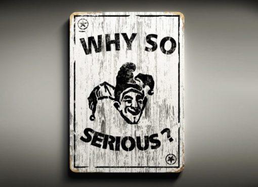 """Drewniana dekoracja ścienna """"SMILE"""" to ręcznie robiona tablica w kształcie karty do gry z napisem """"Why so serious?"""""""