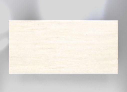 Blat białego stołu Basic Fem wykonany jest ze strukturyzowanego, bielonego drewna dębowego, zabezpieczonego naturalnymi olejami do drewna. Kolor blatu jest jednolity, jednak nie tworzy efektu okleiny. Delikatnie widoczny jest naturalny rysunek drewna oraz zróżnicowanie kolorystyczne.