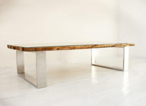 Designerski stolik kawowy Virkera to niepowtarzalny mebel do każdego salonu. Unikatowy design, najwyższej jakości materiały oraz staranne, rzemieślnicze wykonanie sprawiają, iż stanowi on świetne wyposażenie współczesnych wnętrz.