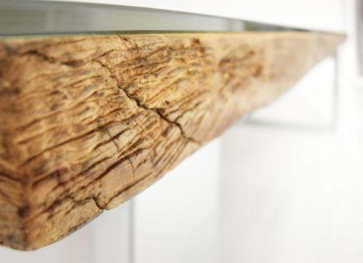 Do produkcji wykorzystano materiał specjalnie wyselekcjonowany, który pierwotnie przeznaczony był do odrzutu bądź pochodzi z odzysku. Wybrano drewno o oryginalnej strukturze, naturalnych spękaniach i ciekawym rysunku słojów. Surowość drewna i niepowtarzalność wyselekcjonowanego materiału jest niewątpliwym wizualnym atutem ławy, szczególnie wyeksponowanym w jego designie.