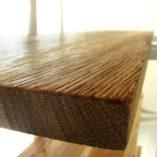 Regał nowoczesny BONITO składa się ze stalowego stelaża pomalowanego proszkowo na kolor biały oraz pięciu półek wykonanych ręcznie ze specjalnie wyszukanego i wyselekcjonowanego drewna dębowego. Produkcja półek jest ręczna. Powierzchnia drewna jest strukturyzowane, zabezpieczone naturalnym olejem do drewna.