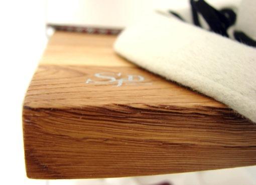 Zastosowane drewno dębowe jest specjalnie wybrana tak by półki miały ładny rysunek słoi drewna. Powierzchnia może być wykończona gładko lub strukturyzowana by dodatkowo podkreślić naturalne cechy drewna.