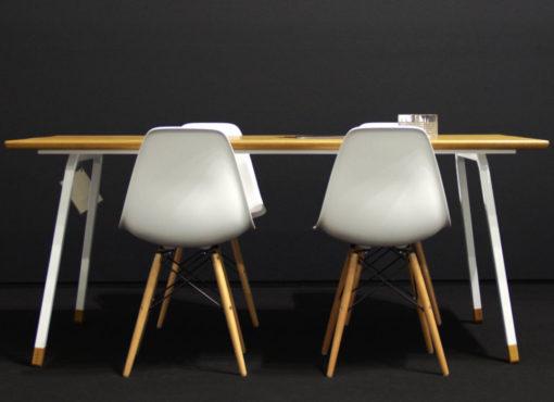 Nowoczesne stoły kuchenne charakteryzują się prostotą i wysmakowaną elegancją. Stół do kuchni FINT jest wykonany z naturalnych materiałów i ma nowoczesną formę.