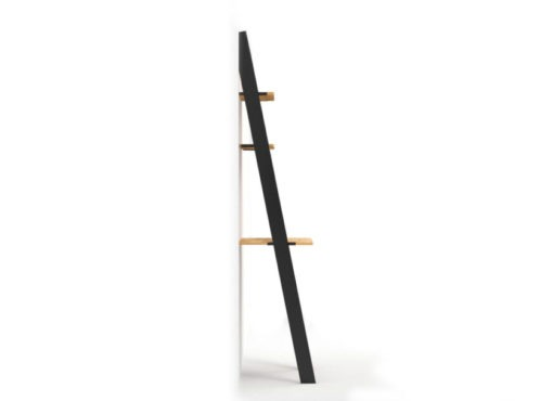 Nowoczesne miejsce do pracy - biurko drabina BELLO BLACK. Ażurowa konstrukcja złożona jest z metalowych wsporników opartych o ścianę połączonych ze sobą blatem i półkami z drewna dębowego. Opiera się ona swobodnie o ścianę i nie wymaga żadnego mocowania do ściany czy podłogi.
