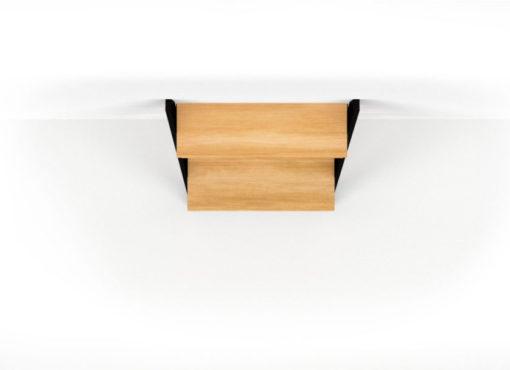 Elementy drewniane biurka wykonane są z litego drewna dębowego, specjalnie wybranego tak by miało piękny naturalny rysunek słojów i układ sęków. Staranna ręczna obróbka została wykonana przy użyciu tradycyjnych metod i jej efekt jest naprawdę zachwycający.