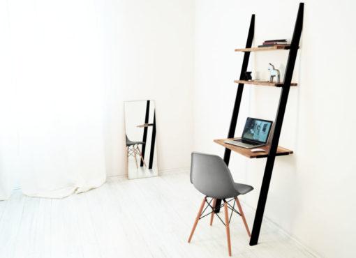 Biurko drabina BELLO BLACK. Biurko zajmuje niewiele miejsca i będzie pasować nawet w małych wnętrzach. W łatwy sposób można stworzyć funkcjonalne domowe biuro nawet w salonie czy sypialni.