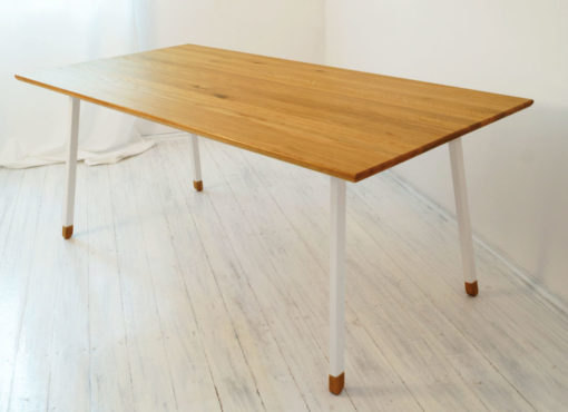 Drewniany prostokątny blat stołu jest starannie wykończony przez wprawnych rzemieślników. Z tego samego materiału wykonane są finezyjne stopy którymi zakończone są metalowe nogi stołu. Prostota i elegancja w najlepszym wydaniu. Skandynawski stół do jadalni FINT z białymi nogami jest solidny i wygodny.