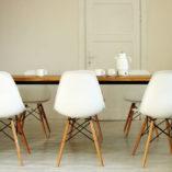 Stół z czarnymi nogami Basic NIO. Dobrze wygląda w jadalni, w kuchni i w salonie. Uniwersalny i elegancki. Lekka forma i nowoczesny design. Zachwyca prostotą i zwraca uwagę solidnością wykonania.
