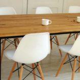 Stół do jadalni z metalowymi nogami. Nowoczesny stół z drewnianym blatem. Minimalistyczna forma, lekki wygląd.