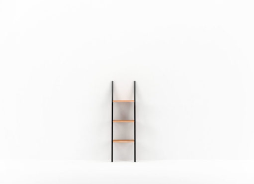 NANI BLACK jest niewielką półką przyścienną, która łączy minimalistyczny design nawiązujący do stylu industrialnego z dużą funkcjonalnością i uniwersalnym zastosowaniem. Jest to regał, który nie wymaga montażu do ściany lub do podłogi, a wystarczy go jedynie ustawić w wybranym przez siebie miejscu.