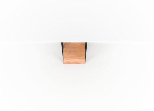 Niewielka, solidna półka NANI Black ze stali i litego drewna dębowego. Dzięki ażurowej i lekkiej konstrukcji jest on wygodny w transporcie oraz przy przeprowadzkach. Jednocześnie, zastosowane materiały i ich połączenia, zapewniają dużą stabilność i wytrzymałość.