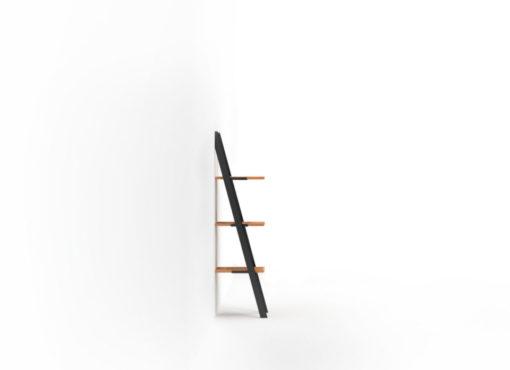 Stelaż wykonany jest z najwyższej jakości stali, pomalowanej proszkowo na kolor czarny. Ma on formę wysokiej na 120cm drabinki, którą opiera się na ścianie. Nogi ustawione są więc skośnie, nadając meblowi ciekawej, dynamicznej formy i industrialnego charakteru. Na stalowej konstrukcji zamontowano trzy półki wykonane z litego drewna dębowego