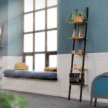 Nowoczesna półka SMUKKE BLACK. Minimalistyczny design dopełniony jest solidnym wykonaniem i mocną, szorstką strukturą naturalnych materiałów. Najwyższej jakości stal w czarnym kolorze oraz naturalne drewno dębowe.