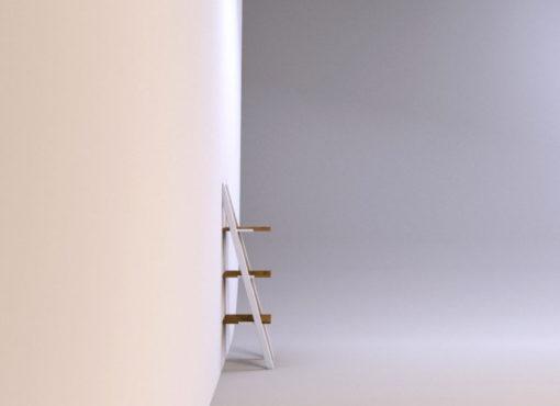 Półka NANI. Trzy półki z litego drewna dębowego są umieszczone jedna nad drugą w równych odległościach.