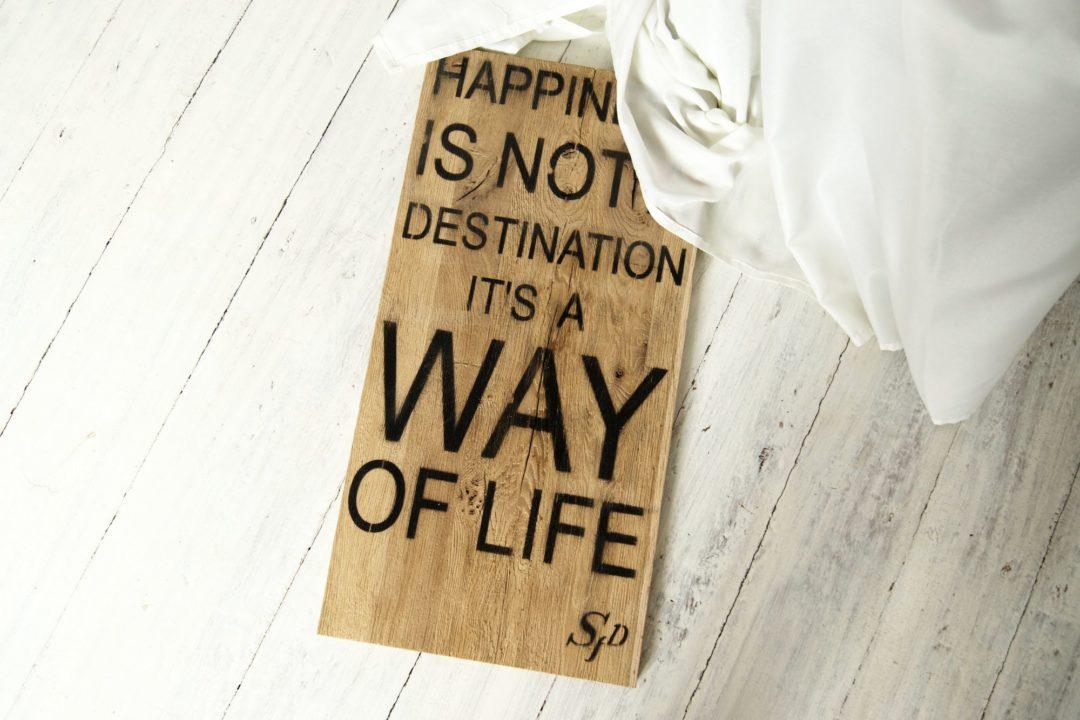 """Drewniana tablica dekoracyjna z cytatem """"Happiness is not a destination its a way of life"""""""