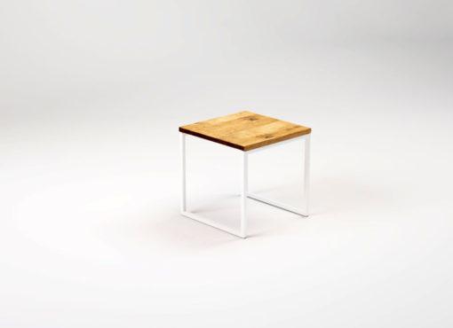 Kwadratowy stolik kawowy LIGHT KUB to niewielki kubik z drewnianym blatem i stalową konstrukcją. Kwadratowy blat o wymiarach 40 x 40 cm jest wykonany z litego drewna dębowego. Nie zajmuje wiele miejsca i jest niezwykle poręczny.
