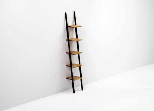 Wysoka nowoczesna półka SMUKKE BLACK opierana o ścianę. Nie są wymagane żadne mocowania do ściany czy podłogi bo półka stoi stabilnie dzięki pochyłej konstrukcji i dobremu wyważeniu.