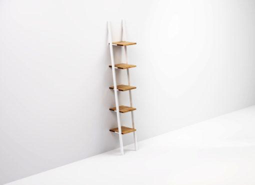 Półka przyścienna SMUKKE o ażurowej konstrukcji opiera się swobodnie o ścianę i nie wymaga żadnego montażu do ściany czy podłogi. Oparte pod kątem wsporniki oraz równo rozmieszczone poziomy półek są charakterystyczne dla regałów tego typu, nazywanych często półka drabinka.