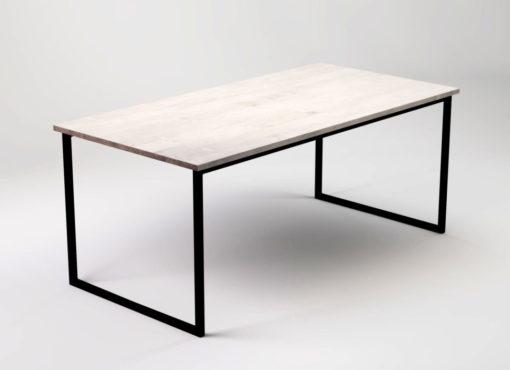 Stół minimalistyczny Basic Fyra wraz z dwoma krzesłami na białym tle. Widok na dłuższy bok stołu. Blat dębowy, bielony i zabezpieczony naturalnymi olejami, strukturyzowany. Jego podstawę stanowi lekka konstrukcja stalowa w kolorze czarnym. Tworzy ona wstążkę pod blatem i zakończenie po obu stronach stołu w postaci nóg. Stół nie posiada wspornika ciągnącego się wzdłuż, dzięki czemu jego użytkowanie jest w pełni komfortowe. Klasyczna, nowoczesna forma. Think simple. Think natural.