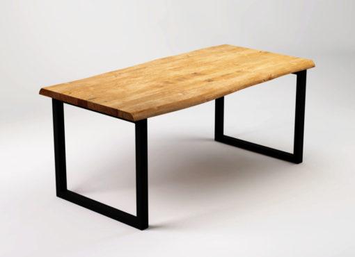 Stół oryginalny RÅ Black z naturalnego dębowego drewna ze swobodną krawędzią oraz czarnymi, stalowymi nogami.
