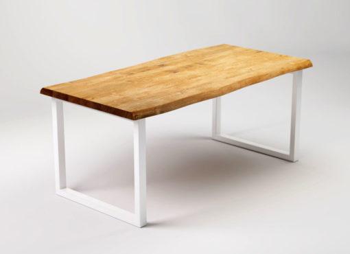 Stoły drewniane do jadalni. RÅ to stół z litym drewnianym blatem i białymi metalowymi nogami. Stół z dębowym blatem i potężnymi, stalowymi nogami RÅ.