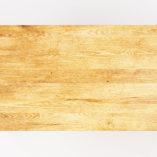Wykorzystane drewno jest specjalnie dobierane tak by ukazywało fascynujące, naturalne cechy materiału, takie jak rysunek słojów, sęki oraz różnorodną, harmonijną tonację barwną. Naturalna barwa drewna świetnie komponuje się ze stalą i wprowadza atmosferę ciepła do wnętrz.