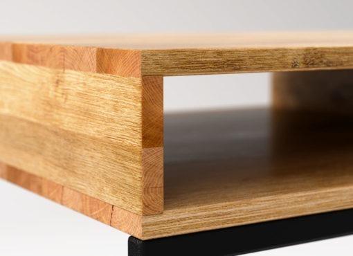 Minimalistyczny design i prosta konstrukcja sprawiają że biurko ma niezwykle lekki i nowoczesny charakter. Pasuje idealnie do eleganckiego gabinetu oraz do nowoczesnego biura.